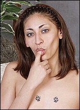 Ebony sletjes masturberen voor de camera.